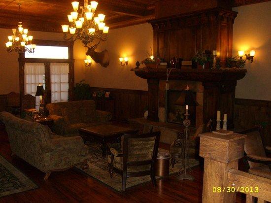 Antlers Inn: Love the open sitting room.
