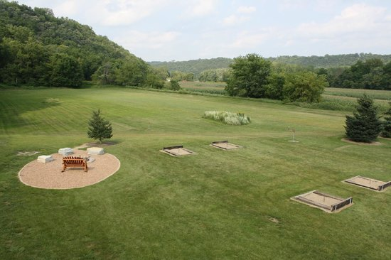 Cedar Valley Resort : The fire pit and horseshoes