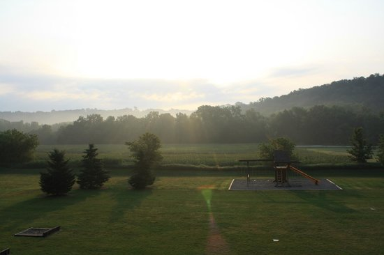 Cedar Valley Resort : The beautiful sunrise over the playarea