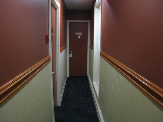 Hotel Acadia: Hallways can get a bit narrow if you're carrying too many suitcases