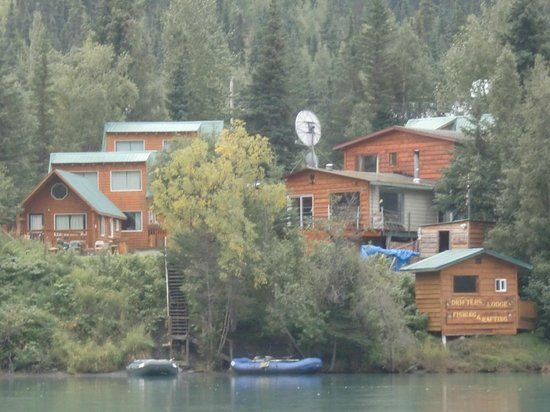 Drifter's Lodge: Picture of the lodge from the Kenai River