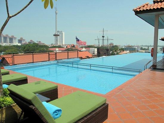 Casa del Rio Melaka: Rooftop pool & view
