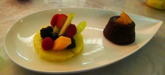 La Mer Seafood: Fondant au chocolate with fresh fruits