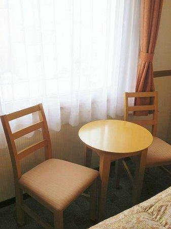 Toyoko Inn Kumamoto Shinshigai: 窓際のテーブル