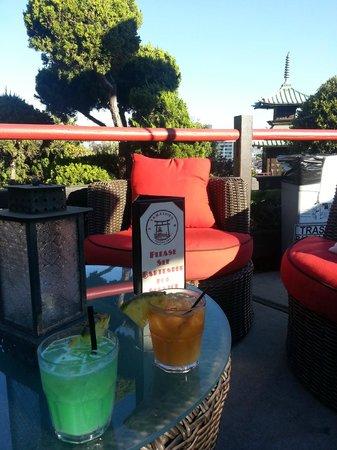 Hollywood Hills Hotel: Loungen på restaurangen Yamashiro som låg precis ovanför poolen