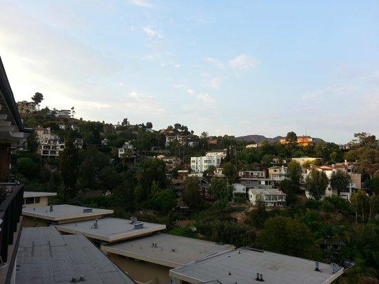 Hollywood Hills Hotel: Utsikten från rum 504 mot Hollywood Hills