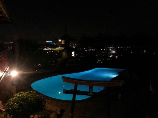 Hollywood Hills Hotel : Poolen på kvällen