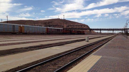 Western America Railroad Museum: Bahnhof - Vor dem Museum
