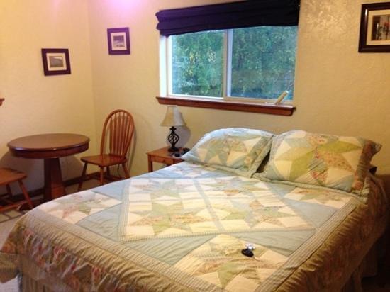 Alpine Rose Inn: bed