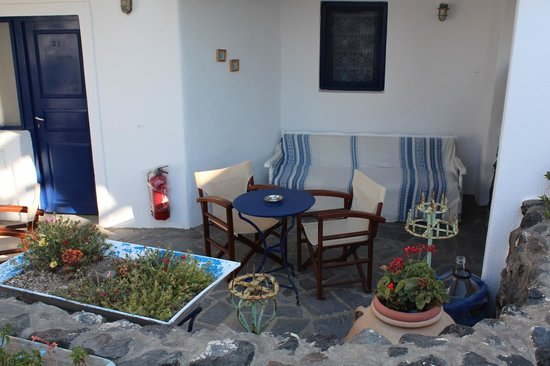 Agnandi Villa Apartments: Outside sitting area of room