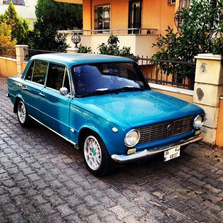 Blue Lagoon Hotel Marmaris: Этот авто всегда стоит у входа в отель))) Это Фиат , хотя у нас это Копейка )))