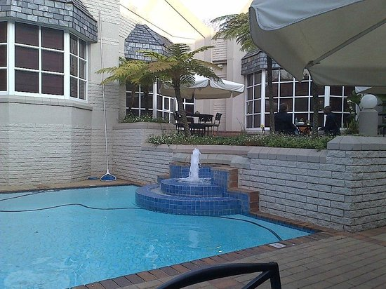 City Lodge Hotel Sandton Morningside: Pool and outside bar area