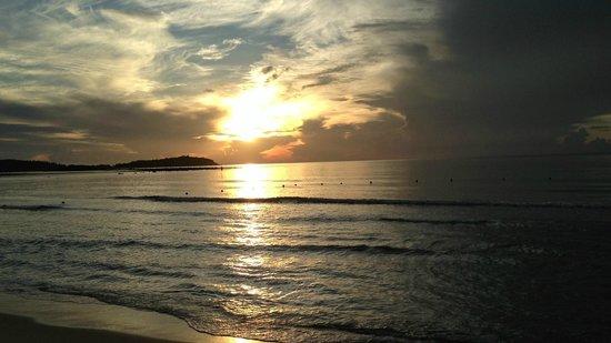 Chaweng Buri Resort: Восход на пляже.
