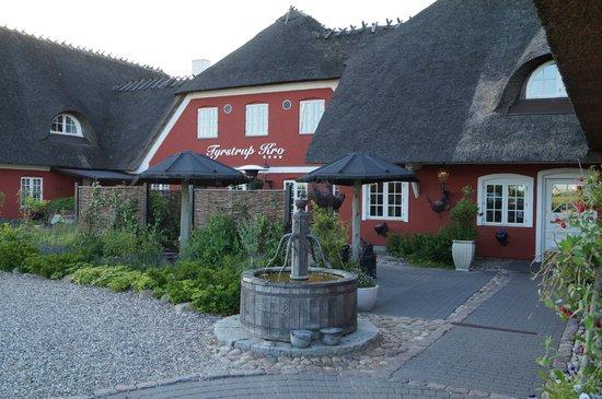 Tyrstrup Kro: Front of hotel