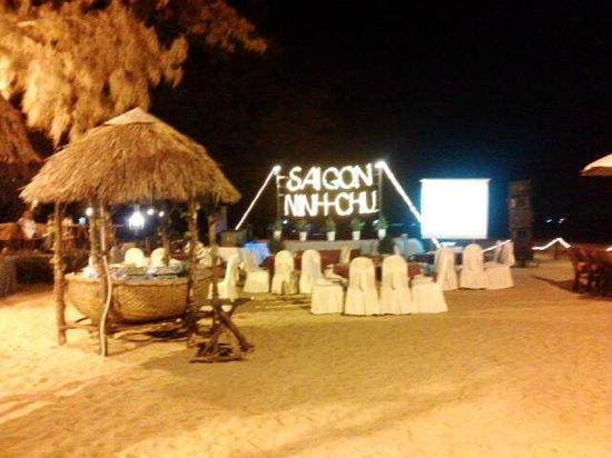 Saigon Ninhchu Hotel & Resort: Buffet on the Beach