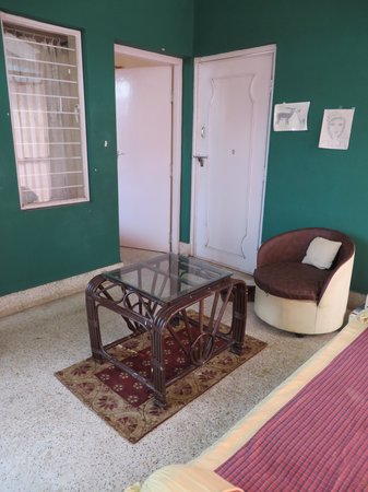 Shanthi Niwas Bed and Breakfast: The sitting room and bedroom also have a window between them