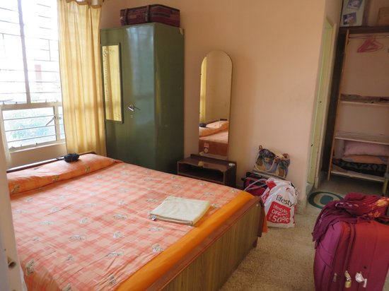 Shanthi Niwas Bed and Breakfast: The main bedroom with the dressing table