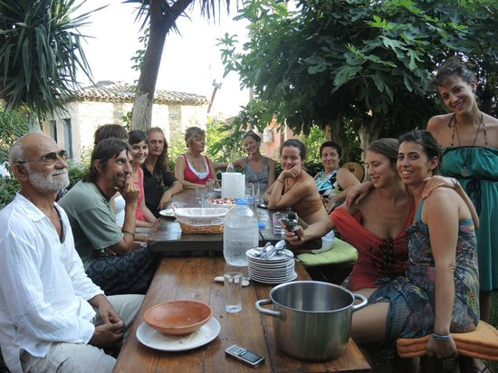 Antonio's Guest House: afternoon dinner in garden with friends