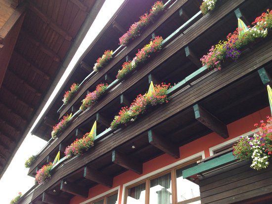 Hotel Tiroler Adler: Looking up to the flowered covered balconies