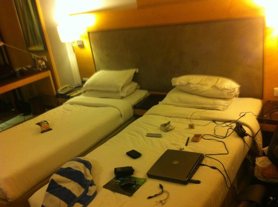 The Peninsula Grand Hotel: Double bed