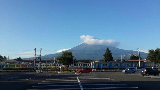 Plaza Inn Kawaguchiko: HOTEL 門口看的富士山