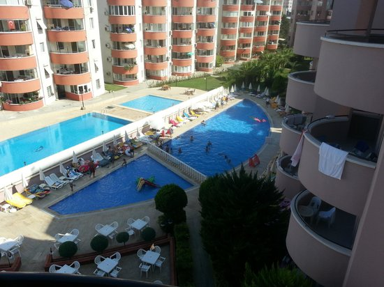 Grand Uysal Apart Hotel: Het zwembad bestaat uit twee delen. Onderaan de foto is het zwembad van het hotel. Daarboven is