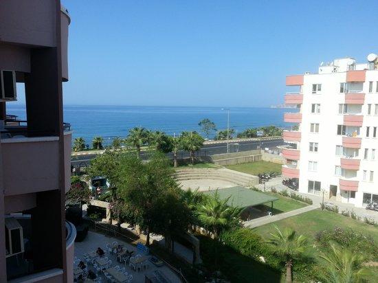 Grand Uysal Apart Hotel: Het uitzich vanuit onze kamer. Onze kamer bevond zich op de vierde verdieping.