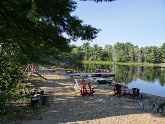 Spring Lake Resort Motel and Restaurant: La plage et le lac