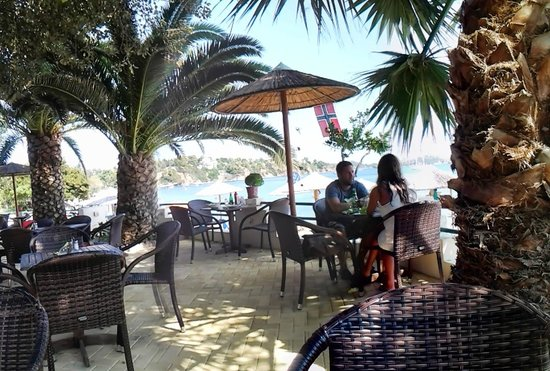 Swell Beach Bar: Cool, refreshing shadow