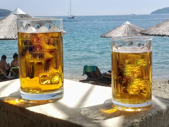 Swell Beach Bar: Cold beer with majestic view