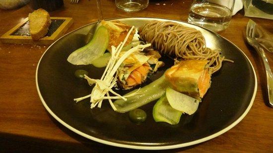 C'YUSHA : Croustillant de saumon au shiso, condiment pomme verte/bergamotte, nouille soba et shitaké