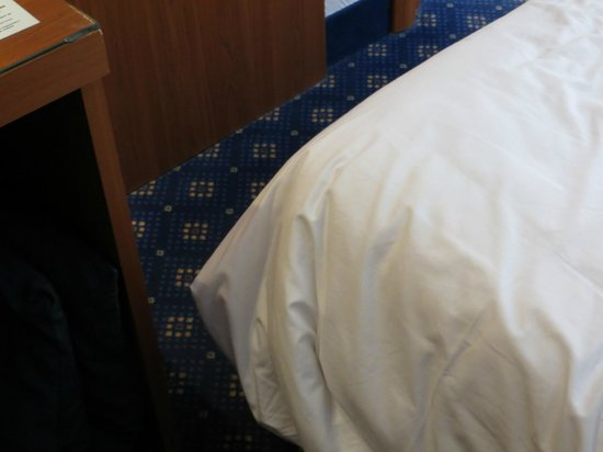 Univers Hotel: 'corridor' between bed and desk (can't move the desk)