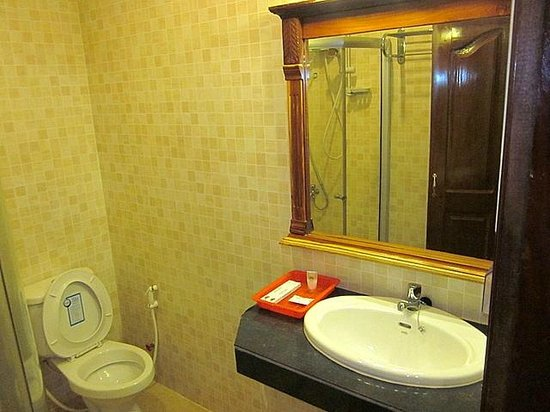 Holiday Hotel : Bathroom