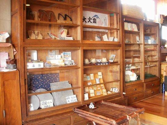 Matsuyasabo : 1階には県内の作家さんの作品を常時展示・販売しています。