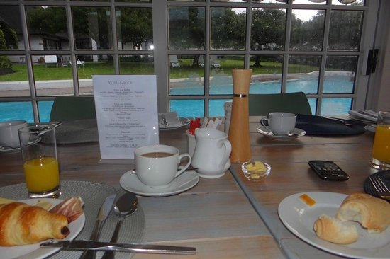 Whale Rock Luxury Lodge : View on the swimming pool from the breakfast room