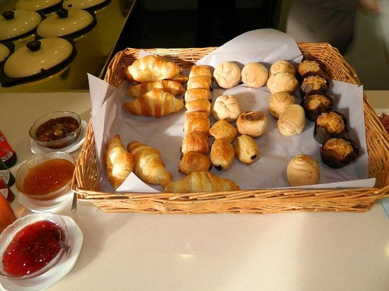 Whale Rock Luxury Lodge : Breakfast buffet - a choice of croissants, muffins and crispy rolls