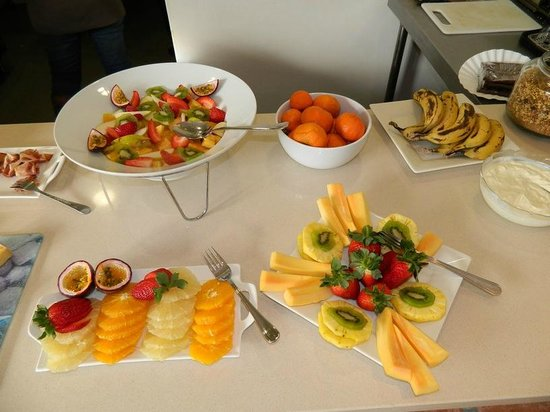Whale Rock Luxury Lodge : A wide variety of fruit as part of the breakfast buffet