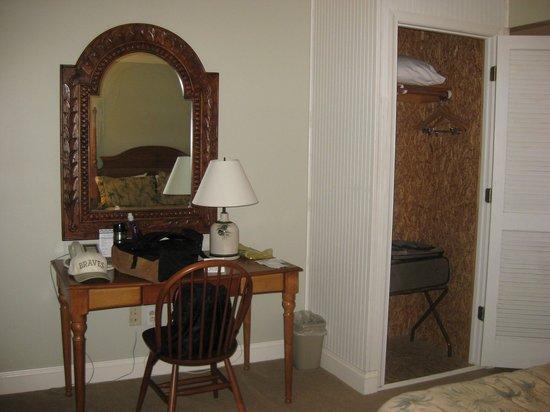 Refuge Inn: Room Desk & Closet