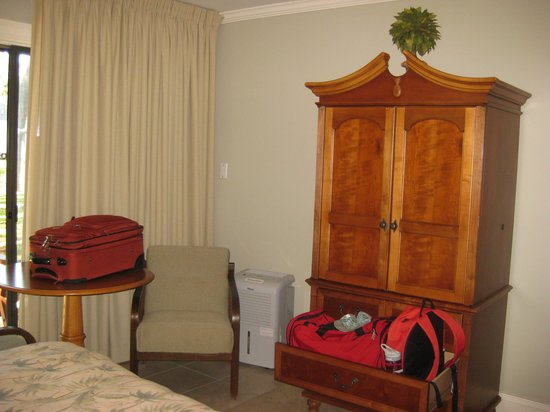 Refuge Inn: Area At End of Bed - Can See Sliding Glass Door To Patio
