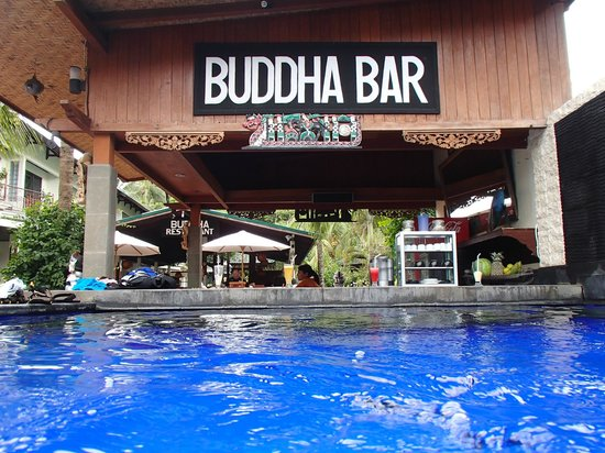 Padang Bai Beach Resort: Nice bar which you can swim up to
