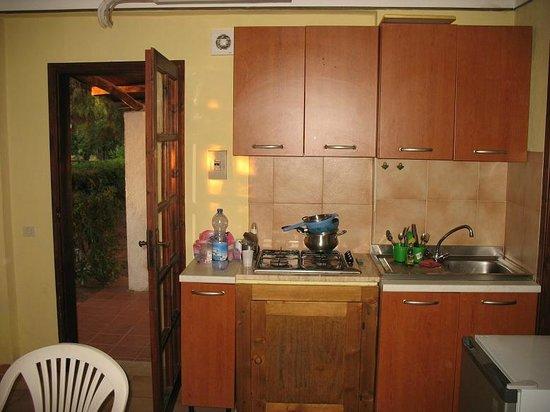 Cora Club Resort e Residence: cucina bungalow
