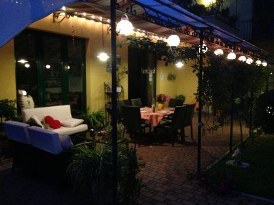 GiEt Bed and Breakfast: Gazebo by Night