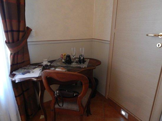 Trevispagna B&B: The work desk and spumante