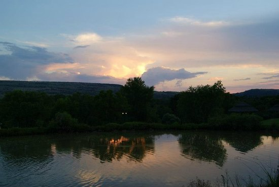 Magalies Manor: Sunset over the dam