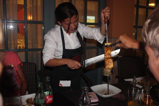 Rodizio Papalus Restaurant: Aan tafel gesneden en geserveerd