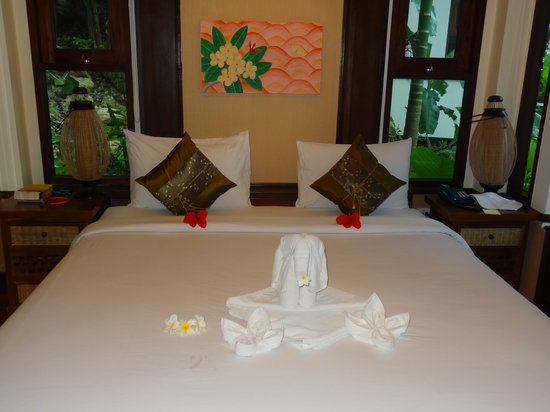 Salad Buri Resort & Spa : Salad Buri - nice rooms with beautiful towel animals but smelly from damp!