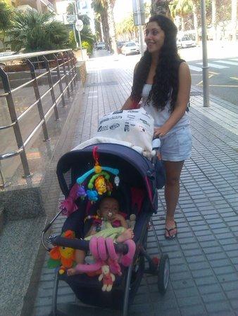 Eurosalou Hotel : Mi hija Sandra con Lara en la puerta del hotel