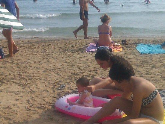 Eurosalou Hotel : Mis hijas en la playa con la hija de Camille  LARA