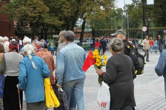 Lenin's Mausoleum : Old communists head to pay their respects.