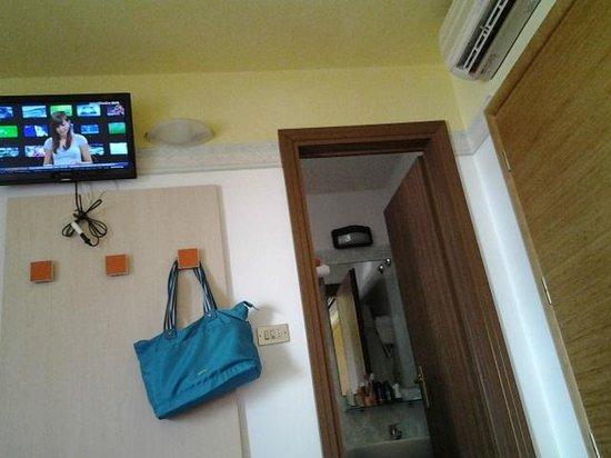 Hotel Buonafortuna : televisore, bagno e condizionatore